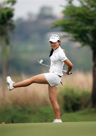 CHONBURI, THAILAND - MARCH 01:  Hee Young Park of South Korea watches her putt on the 5th hole during day four of the Honda LPGA Thailand 2009 at Siam Country Club Plantation on March 01, 2009 in Pattaya, Chonburi, Thailand. (Photo by Chumsak Kanoknan/ Getty Images)