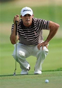 BLOOMFIELD HILLS, MI - AUGUST 07: Jonathan Byrd lines up a putt on the 18th green during round one of the 90th PGA Championship at Oakland Hills Country Club on August 7, 2008 in Bloomfield Township, Michigan.  (Photo by Sam Greenwood/Getty Images)