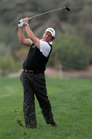 ABU DHABI, UNITED ARAB EMIRATES - JANUARY 21:  Phil Mickelson of the USA plays his second shot on the 9th hole during the second round of the 2011 Abu Dhabi HSBC Golf Championship held at the Abu Dhabi Golf Club on January 21, 2011 in Abu Dhabi, United Arab Emirates.  (Photo by David Cannon/Getty Images)
