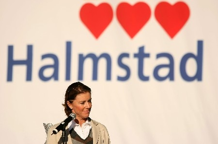 HALMSTAD, SWEDEN - SEPTEMBER 13:  European Team Captain Helen Alfredsson introduces her team during the Opening Ceremony in the town square prior to the start of the Solheim Cup at on September 13, 2007 in Halmstad, Sweden.  (Photo by Scott Halleran/Getty Images)