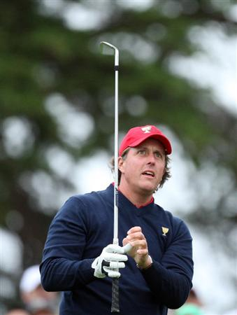 SAN FRANCISCO - OCTOBER 11:  Phil Mickelson of the USA Team on the 2nd tee during the Day Four Singles Matches in The Presidents Cup at Harding Park Golf Course on October 11, 2009 in San Francisco, California  (Photo by David Cannon/Getty Images)