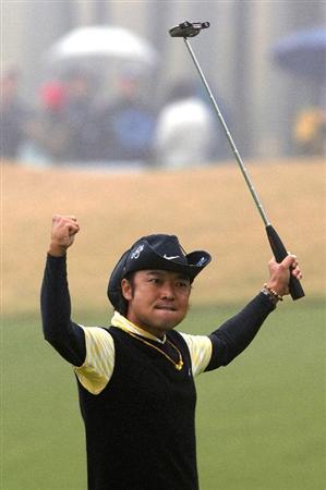 GOTENBA, JAPAN - NOVEMBER 16:  Shingo Katayama of Japan celebrates winning the Mitsui Sumitomo Visa Taiheiyo Masters at Taiheiyo Club on November 16, 2008 in Gotenba, Shizuoka, Japan.  (Photo by Koichi Kamoshida/Getty Images)