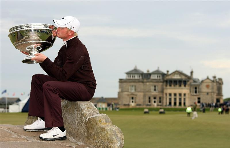 ST ANDREWS, SCOTLAND - OCTOBER 05:  Simon Dyson of England kisses the trophy on the Swilken Bridge on the 18th hole after victory at the The Alfred Dunhill Links Championship at The Old Course on October 5, 2009 in St.Andrews, Scotland.  (Photo by Andrew Redington/Getty Images)