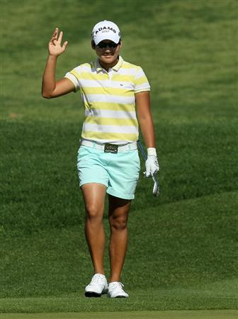 RANCHO MIRAGE, CA - APRIL 04:  Yani Tseng of Taiwan waves chipping in for an eagle on the second hole during the final round of the Kraft Nabisco Championship at Mission Hills Country Club on April 4, 2010 in Rancho Mirage, California.  (Photo by Stephen Dunn/Getty Images)