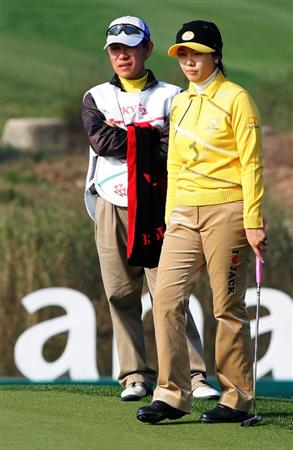 INCHEON, SOUTH KOREA - OCTOBER 31:  Lim Ji-Na of South Korea lines up a putt on the 18th hole during day one of the Hana Bank KOLON Championship at SKY 72 Golf Club Ocean course on October 31, 2008 in Icheon, South Korea.  (Photo by Chung Sung-Jun/Getty Images)