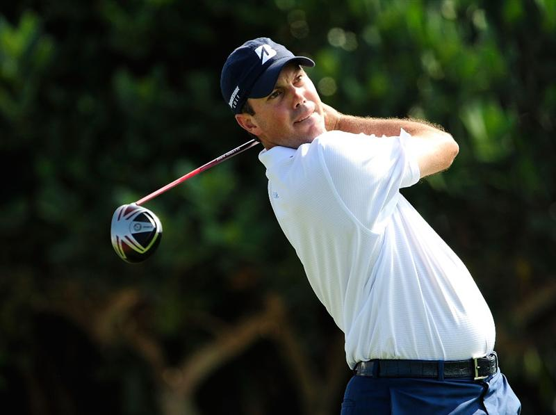 KAPALUA, HI - JANUARY 09:  Matt Kuchar hits a shot on the 1st hole during the third round of the SBS Championship at the Plantation course on January 9, 2010 in Kapalua, Maui, Hawaii.  (Photo by Sam Greenwood/Getty Images)