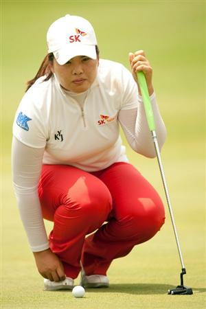 SPRINGFIELD, IL - JUNE 11: Inbee Park of South Korea lines up a putt during the second round of the LPGA State Farm Classic at Panther Creek Country Club on June 11, 2010 in Springfield, Illinois. (Photo by Darren Carroll/Getty Images)