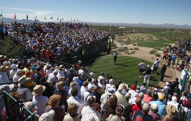MARANA, AZ - FEBRUARY 25:  Tiger Woods hits his tee shot on the first hole during the first round of the Accenture Match Play Championship at the Ritz-Carlton Golf Club at Dove Mountain on February 25, 2009 in Marana, Arizona.  (Photo by Donald Miralle/Getty Images)