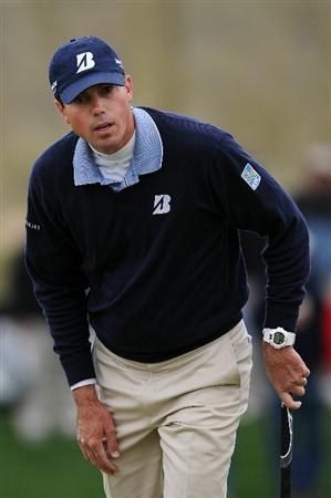 MARANA, AZ - FEBRUARY 26:  Matt Kuchar watches his putt on the seventh hole during the quarterfinal round of the Accenture Match Play Championship at the Ritz-Carlton Golf Club on February 26, 2011 in Marana, Arizona.  (Photo by Stuart Franklin/Getty Images)