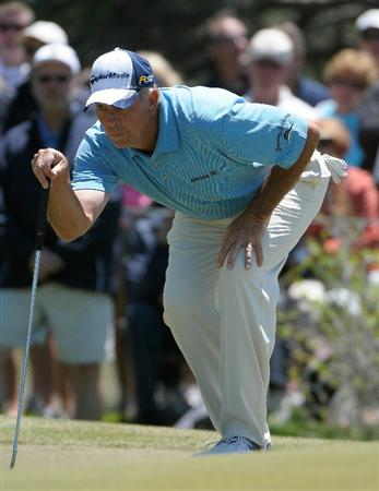 PARKER, CO. - MAY 30: Tom Lehman lines up a putt for birdie on the 10th hole  during the fourth and final round of the 71st Senior PGA Championship at the Colorado Golf Club on May 30, 2010 in Parker, Colorado.  (Photo by Marc Feldman/Getty Images)