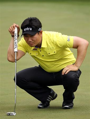 AUGUSTA, GA - APRIL 08:  Y.E. Yang of South Korea lines up a putt on the ninth green during the second round of the 2011 Masters Tournament at Augusta National Golf Club on April 8, 2011 in Augusta, Georgia.  (Photo by Andrew Redington/Getty Images)