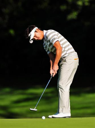 PACIFIC PALISADES, CA - FEBRUARY 19: Ryuji Imada of Japan putting on the 12th hole during the first round of the Northern Trust Open at the Riviera Country Club February 19, 2009 in Pacific Palisades, California.  (Photo by Stuart Franklin/Getty Images)