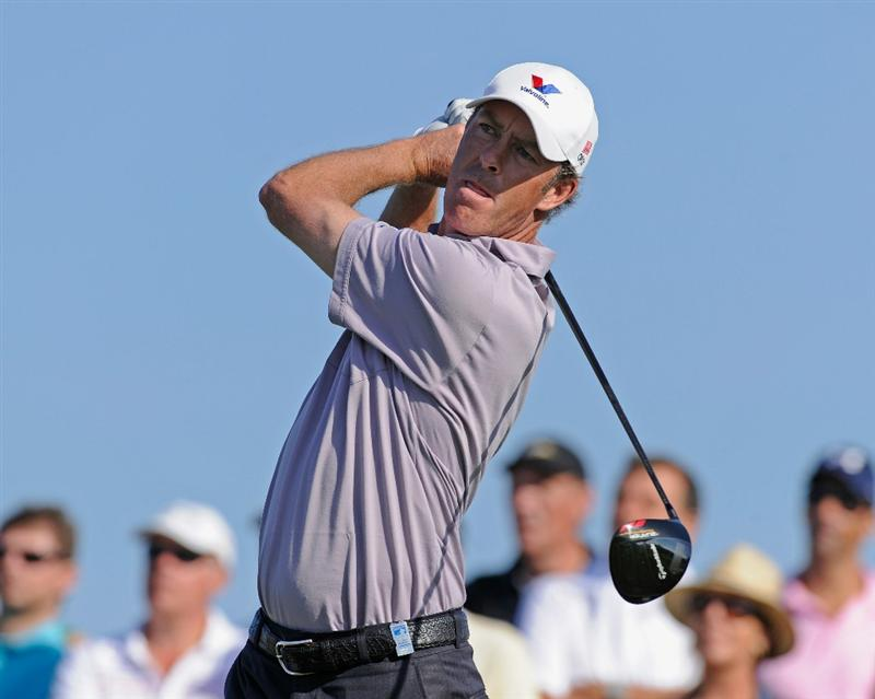 VILAMOURA, PORTUGAL - OCTOBER 17:  Richard Green of Australia plays his tee shot on the 18th hole during the final round of the Portugal Masters at the Oceanico Victoria Golf Course on October 17, 2010 in Vilamoura, Portugal.  (Photo by Stuart Franklin/Getty Images)