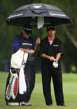 SYDNEY, AUSTRALIA - DECEMBER 12: Rod Pampling of Australia takes shelter from the rain on the twelfth hole during the second round of the 2008 Australian Open at The Royal Sydney Golf Club on December 12, 2008 in Sydney, Australia.  (Photo by Mark Nolan/Getty Images)