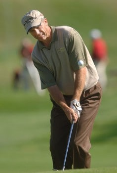 Steve Pate chips onto the 11th green during the third round of the Champions Tour 2005 Charles Schwab Cup Championship at Sonoma Golf Club in Sonoma, California October 29, 2005.Photo by Steve Grayson/WireImage.com