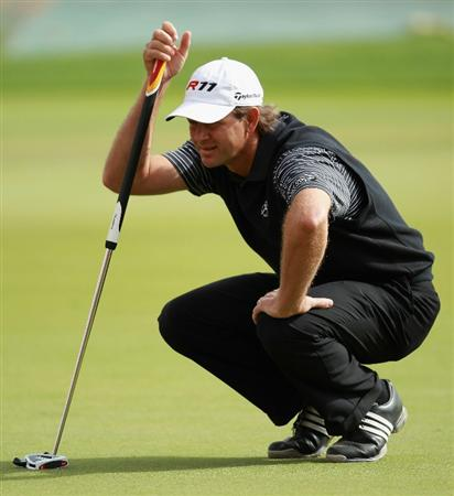 DOHA, QATAR - FEBRUARY 03:  Retief Goosen of South Africa lines up a putt on the 18th hole during the first round of the Commercialbank Qatar Masters held at Doha Golf Club on February 3, 2011 in Doha, Qatar.  (Photo by Andrew Redington/Getty Images)