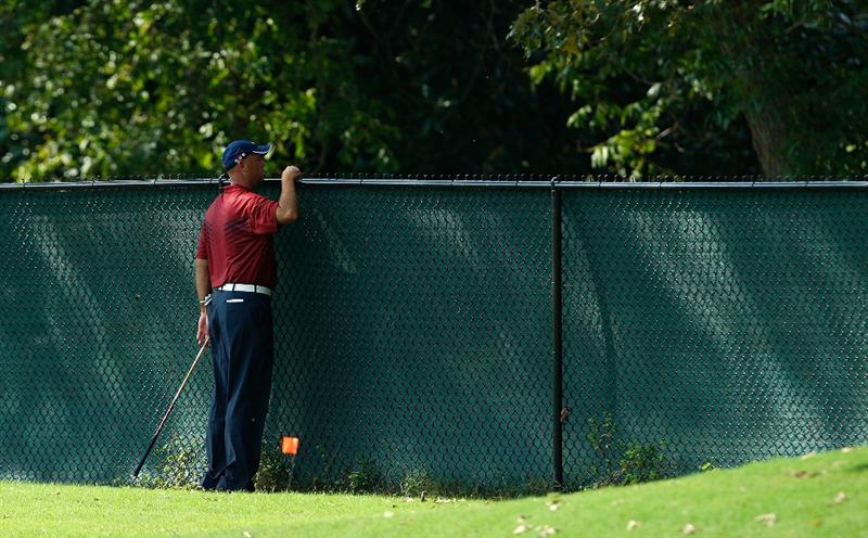 ATLANTA - SEPTEMBER 25:  Stewart Cink looks for his tee shot over the fence on the 10th hole during the second round of THE TOUR Championship presented by Coca-Cola, the final event of the PGA TOUR Playoffs for the FedExCup, at East Lake Golf Club on September 25, 2009 in Atlanta, Georgia.  (Photo by Kevin C. Cox/Getty Images)