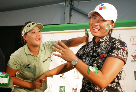 HAVRE DE GRACE, MD - JUNE 07:  Jee Young Lee puts cake icing on tne face of Se Ri Pak of South Korea after a news conference following the first round of the McDonalds LPGA Championship at Bulle Rock golf course June 7, 2007 in Havre de Grace, Maryland. In completing the round today, Pak qualifies for the LPGA Tour and World Golf halls of fame.  (Photo by Andy Lyons/Getty Images)