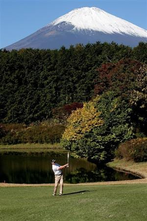 GOTENBA, JAPAN - NOVEMBER 14:  Brendan Jones of Australia plays into the 1st green during the second round of Mitsui Sumitomo Visa Taiheiyo Masters at Taiheiyo Club on November 14, 2008 in Gotenba, Shizuoka, Japan.  (Photo by Koichi Kamoshida/Getty Images)