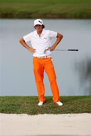 WEST PALM BEACH, FL - DECEMBER 07:  Rickie Fowler sizes up his chip out of the bunker on the 18th hole during the final round of the 2009 PGA TOUR Qualifying Tournament at Bear Lakes Country Club on December 7, 2009 in West Palm Beach, Florida.  (Photo by Doug Benc/Getty Images)
