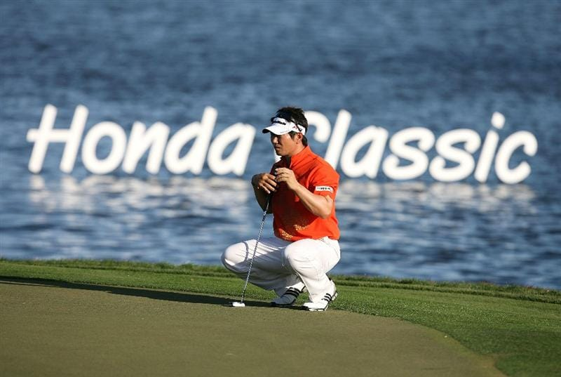 PALM BEACH GARDENS, FL - MARCH 08:  Y.E.Yang lines up a birdie putt on the 18th hole enroute to winning The Honda Classic at PGA National Resort and Spa on March 8, 2009 in Palm Beach Gardens, Florida.  (Photo by Doug Benc/Getty Images)