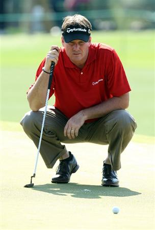 AUGUSTA, GA - APRIL 09:  Todd Hamilton lines up a putt on the 17th green during the first round of the 2009 Masters Tournament at Augusta National Golf Club on April 9, 2009 in Augusta, Georgia.  (Photo by David Cannon/Getty Images)