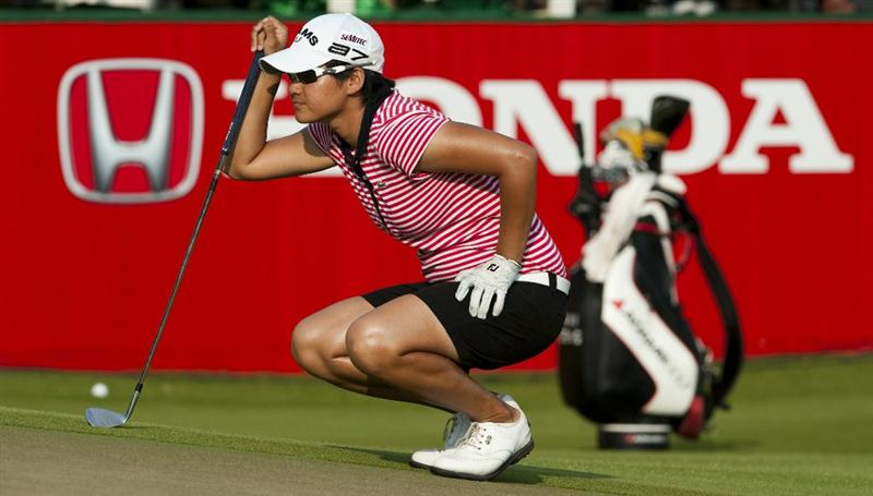 CHON BURI, THAILAND - FEBRUARY 20:  Yani Tseng of Taiwan lines up a putt on the 18th green during day four of the LPGA Thailand at Siam Country Club on February 20, 2011 in Chon Buri, Thailand.  (Photo by Victor Fraile/Getty Images)