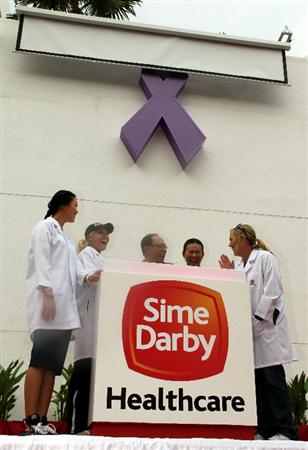 KUALA LUMPUR, MALAYSIA - OCTOBER 19 :  Michelle Wie (L), Natalie Gulbis (2L) and Cristie Kerr (R) of USA pose with Sime Darby Chairman Tun Musa Hitam (3L) and his wife as they unveil the Lilac Ribbon for cancer inspiration recovery at the Subang Medical Centre during the Sime Darby LPGA Charity visit to the Subang Medical Centre on October 19, 2010 in Kuala Lumpur, Malaysia (Photo by Stanley Chou/Getty Images)