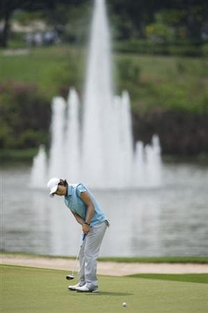 CHON BURI, THAILAND - FEBRUARY 19:  Ji Eun-Hee of South Korea puts on the 8th green during round two of the Honda LPGA Thailand at the Siam Country Club on February 19, 2010 in Chon Buri, Thailand.  (Photo by Victor Fraile/Getty Images)