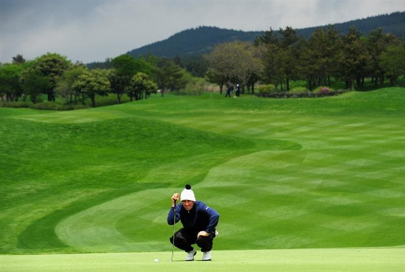 JEJU, SOUTH KOREA - APRIL 26:  Gonzalo Fernandez - Castano of Spain lines up his putt on the 12th hole during the final round of the Ballantine's Championship at Pinx Golf Club on April 26, 2009 in Jeju, South Korea.  (Photo by Stuart Franklin/Getty Images)
