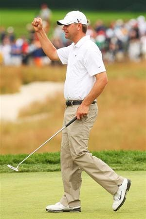 FARMINGDALE, NY - JUNE 22:  Lucas Glover celebrates his two-stroke victory on the 18th green at the 109th U.S. Open on the Black Course at Bethpage State Park on June 22, 2009 in Farmingdale, New York.  (Photo by Andrew Redington/Getty Images)