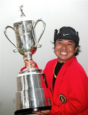 GOTENBA, JAPAN - NOVEMBER 16:  Shingo Katayama of Japan poses with the trophy after winning the Mitsui Sumitomo Visa Taiheiyo Masters at Taiheiyo Club on November 16, 2008 in Gotenba, Shizuoka, Japan.  (Photo by Koichi Kamoshida/Getty Images)