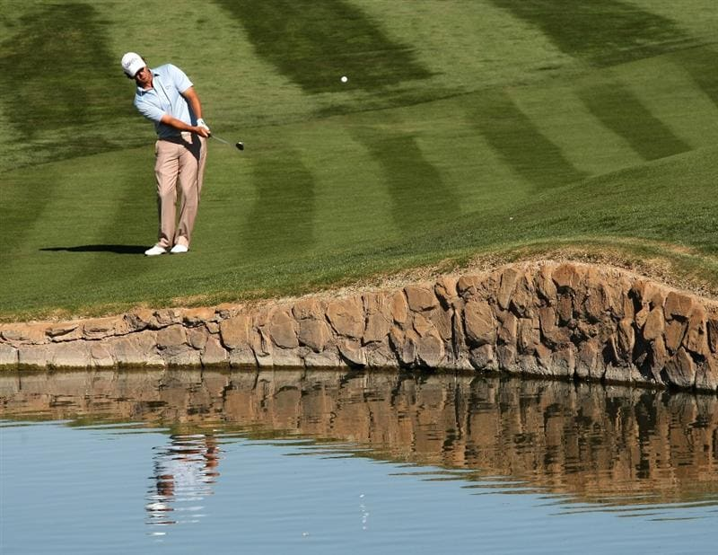 SCOTTSDALE, AZ - FEBRUARY 1:  Scott Piercy chips onto the 12th green during the final round of the FBR Open on February 1, 2009 at TPC Scottsdale in Scottsdale, Arizona.  (Photo by Stephen Dunn/Getty Images)