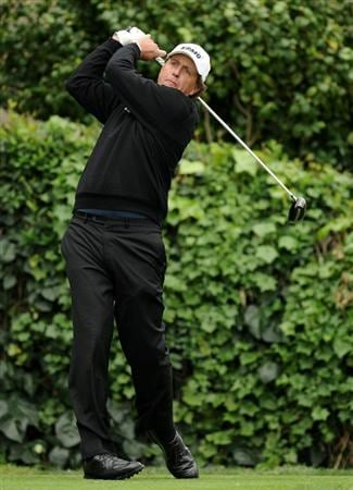 PACIFIC PALISADES, CA - FEBRUARY 18:  Phil Mickelson hits a tee shot on the seventh tee during the second round of the Northern Trust Open at the Riviera Country Club on February 18, 2011 in Pacific Palisades, California.  (Photo by Harry How/Getty Images)