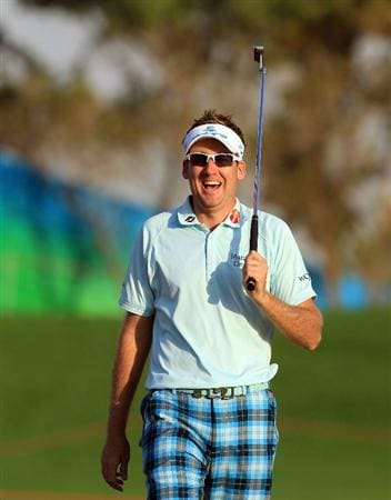 ABU DHABI, UNITED ARAB EMIRATES - JANUARY 21:  Ian Poulter of England holes a huge birdie putt at the par 5, 18th hole during the first round of The Abu Dhabi Golf Championship at Abu Dhabi Golf Club on January 21, 2010 in Abu Dhabi, United Arab Emirates.  (Photo by David Cannon/Getty Images)