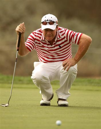 DUBAI, UNITED ARAB EMIRATES - FEBRUARY 04:  Tom Watson of the USA lines up a putt on the tenth hole during the first round of the Omega Dubai Desert Classic on February 4, 2010 in Dubai, United Arab Emirates.  (Photo by Andrew Redington/Getty Images)