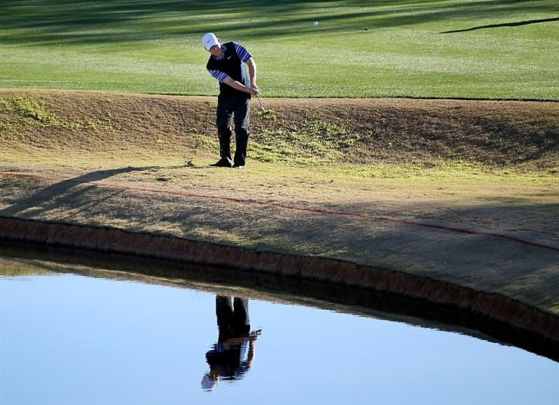 LA QUINTA, CA - JANUARY 23:  Justin Leonard pitches onto the green on the eighth hole on the Nicklaus Private course at PGA West during the third round of the Bob Hope Classic on January 23, 2010 in La Quinta, California.  (Photo by Stephen Dunn/Getty Images)