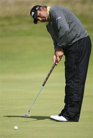 TURNBERRY, SCOTLAND - JULY 19:  Angel Cabrera of Argentina putts during the final round of the 138th Open Championship on the Ailsa Course, Turnberry Golf Club on July 19, 2009 in Turnberry, Scotland.  (Photo by Andrew Redington/Getty Images)