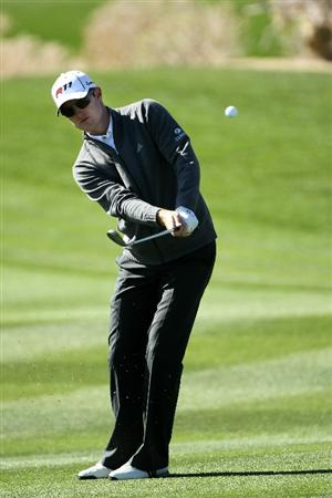 MARANA, AZ - FEBRUARY 24:  Justin Rose of England hits a chip shot on the 15th hole during the second round of the Accenture Match Play Championship at the Ritz-Carlton Golf Club on February 24, 2011 in Marana, Arizona.  (Photo by Andy Lyons/Getty Images)