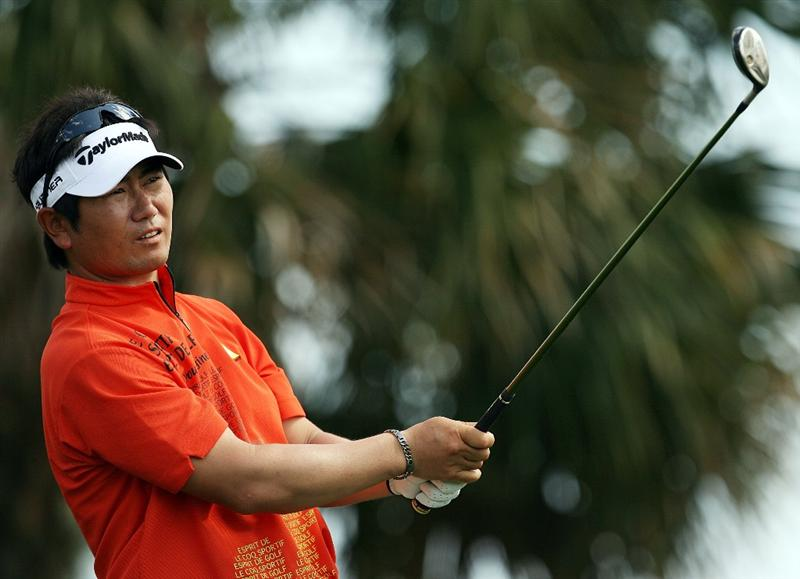 PALM BEACH GARDENS, FL - MARCH 08:  Y.E. Yang of South Korea hits his drive on the seventh hole during the final round of The Honda Classic at PGA National Resort and Spa on March 8, 2009 in Palm Beach Gardens, Florida.  (Photo by Doug Benc/Getty Images)