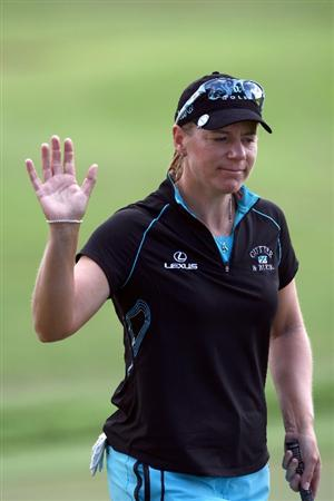 KAPALUA, HI - OCTOBER 17: Annika Sorenstam of Sweden acknowledges crowd after a birdie putt during the second round of the Kapalua LPGA Classic on October 17, 2008 at the Bay Course in Kapalua, Maui, Hawaii.  (Photo by Donald Miralle/Getty Images)