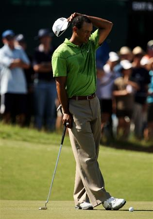 MELBOURNE, AUSTRALIA - NOVEMBER 10:  Tiger Woods of the USA prepares to putt on the 17th hole during a practice round ahead of the 2009 Australian Masters at Kingston Heath Golf Club on November 10, 2009 in Melbourne, Australia.  (Photo by lucas Dawson/Getty Images)