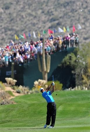 MARANA, AZ - FEBRUARY 25:  Tiger Woods of USA plays his approach shot on the first hole during the first round of the Accenture Match Play Championships at Ritz - Carlton Golf Club at Dove Mountain on February 25, 2009 in Marana, Arizona.  (Photo by Stuart Franklin/Getty Images)