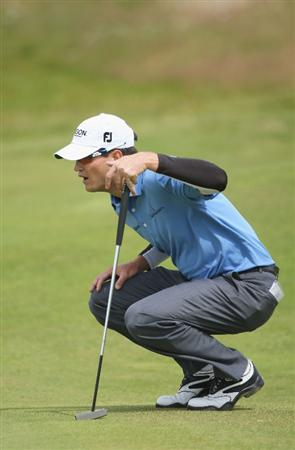 TURNBERRY, SCOTLAND - JULY 18:  Zach Johnson of USA lines up a putt during round three of the 138th Open Championship on the Ailsa Course, Turnberry Golf Club on July 18, 2009 in Turnberry, Scotland.  (Photo by Andrew Redington/Getty Images)