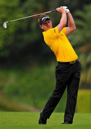 PACIFIC PALISADES, CA - FEBRUARY 21:  Luke Donald of England plays his approach shot on the first hole during the third round of the Northern Trust Open at the Riviera Country Club February 21, 2009 in Pacific Palisades, California.  (Photo by Stuart Franklin/Getty Images)