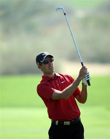 DUBAI, UNITED ARAB EMIRATES - JANUARY 30:  Charl Schwartzel of South Africa hits his second shot on the 16th hole during the completion of the first round of the Dubai Desert Classic on the Majilis course at Emirates Golf Club on January 30, 2009 in Dubai, United Arab Emirates.  (Photo by Andrew Redington/Getty Images)