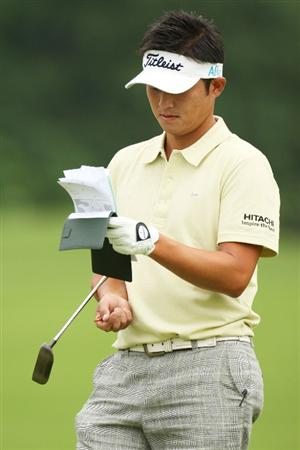 FARMINGDALE, NY - JUNE 16:  Ryuji Imada of Japan writes in his yardage book during the second day of previews to the 109th U.S. Open on the Black Course at Bethpage State Park on June 16, 2009 in Farmingdale, New York.  (Photo by Ross Kinnaird/Getty Images)