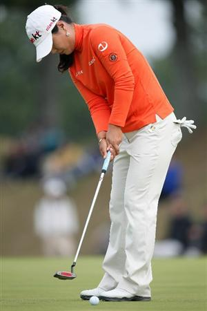 SHIMA, JAPAN - NOVEMBER 07:  Meena Lee of South Korea putts on the green of the 18th hole during the final round of the Mizuno Classic at Kintetsu Kashikojima Country Club on November 7, 2010 in Shima, Mie, Japan.  (Photo by Kiyoshi Ota/Getty Images)