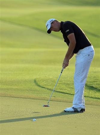 ABU DHABI, UNITED ARAB EMIRATES - JANUARY 21:  Peter Hanson of Sweden plays his fourth shot at the par 5, 18th hole during the first round of The Abu Dhabi Golf Championship at Abu Dhabi Golf Club on January 21, 2010 in Abu Dhabi, United Arab Emirates.  (Photo by David Cannon/Getty Images)