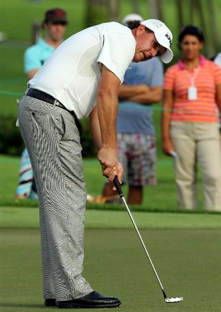 SINGAPORE - NOVEMBER 12: Phil Mickelson of USA putts on the 12th hole during the second round of the Barclays Singapore Open held at the Sentosa Golf Club on November 12, 2010 in Singapore, Singapore.  (Photo by Stanley Chou/Getty Images)